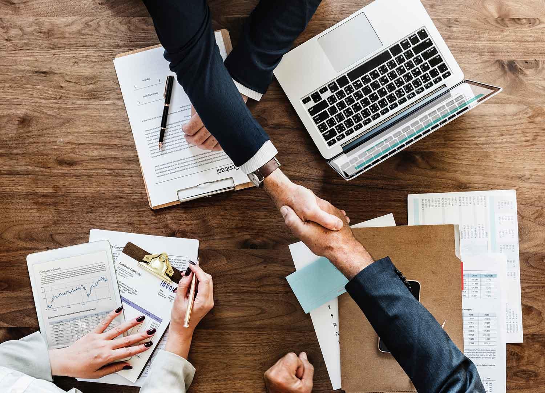 Händeschütteln über den Abschluss eines Geschäftsvertrags