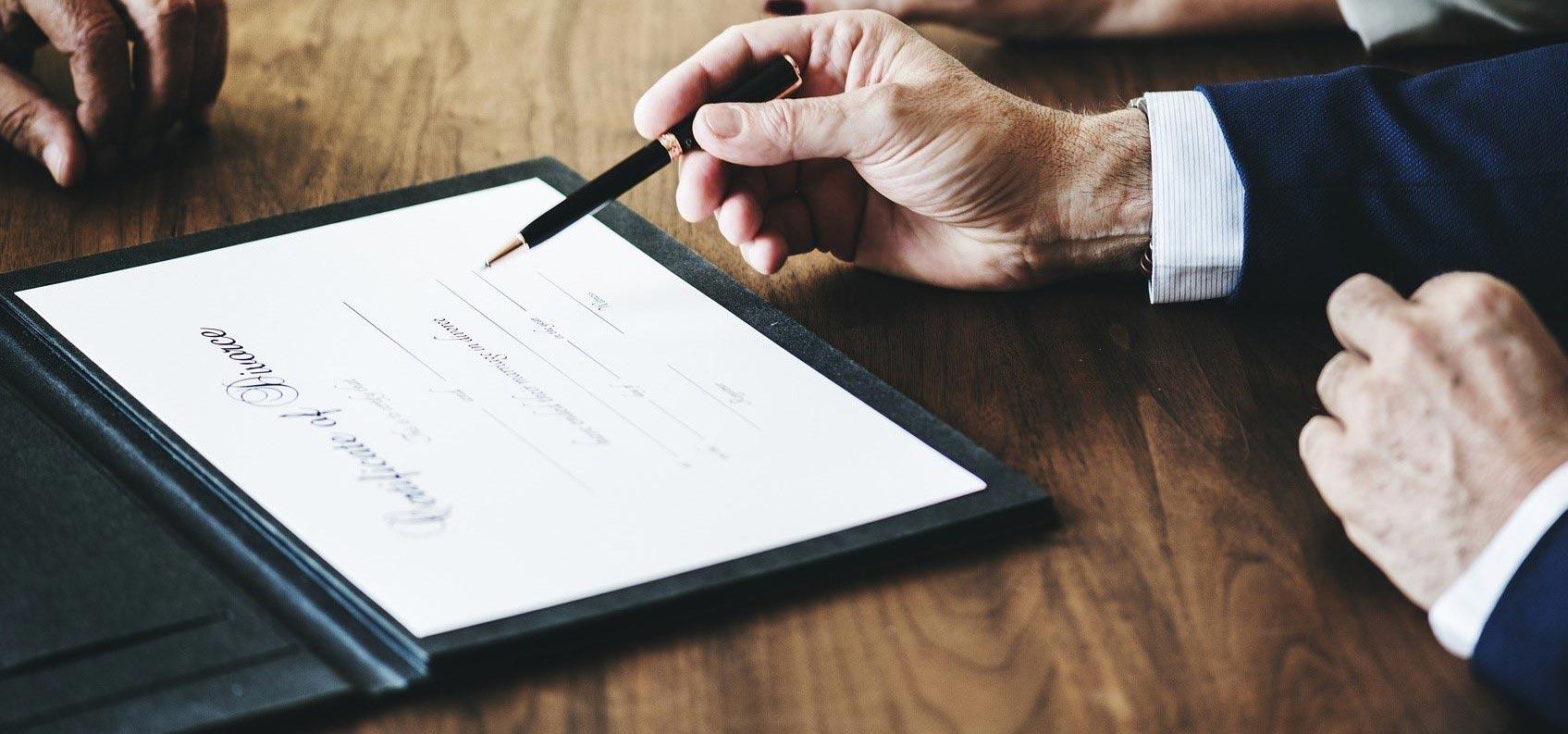 Ein juristisches Dokument wird unterzeichnet